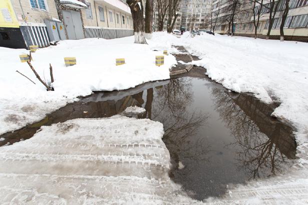 Киев, на Лесном прорвало канализацию