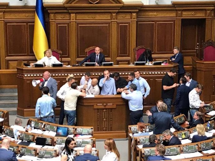 УРаді блокують трибуну, Геращенко просить Самопоміч незривати засідання