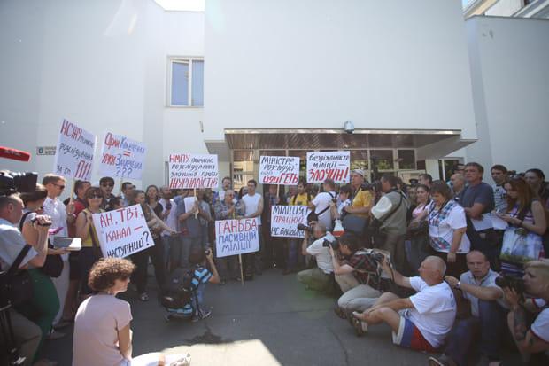 Милицию окружили журналисты