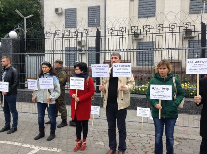 Около посольстваРФ вКиеве напомнят опропавших воккупированном Крыму