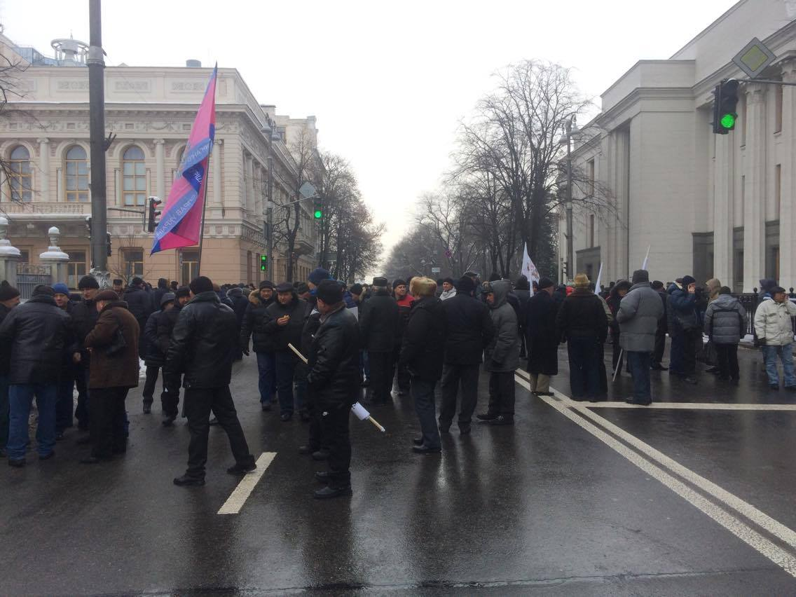 Бунт пожилых людей МВД. Митингующие перекрыли улицу около Рады