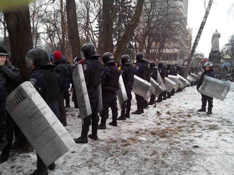 Ряди Беркуту у центрі Києва, де активісти з Євромайдану блокують урядовий квартал. Фото Віталія Уманця