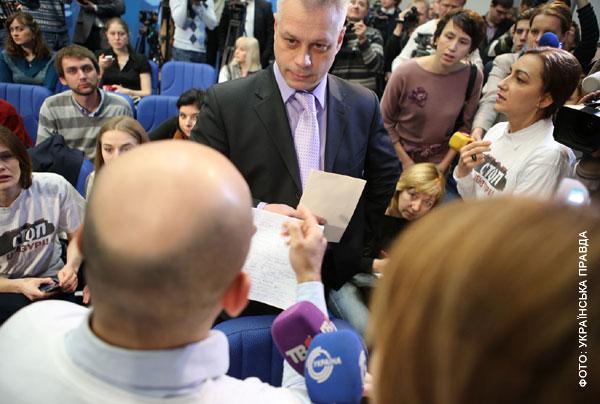 Ті, хто прийшов першими, стали записуватися, щоб мати можливість поставити питання президенту. Однак прес-служба Януковича цей список проігнорувала