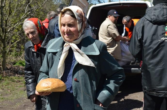 Раз на тиждень хліб людям в прифронтові села привозять місіонери