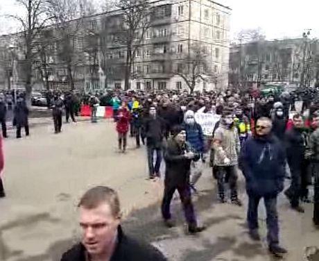 Активисты идут к месту проведения съезда