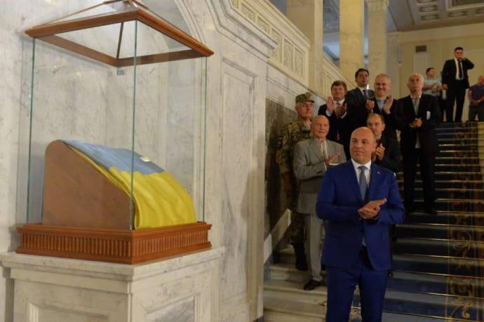ВВерховной Раде подставку сфлагом Украинского государства перенесли за1,3 млн