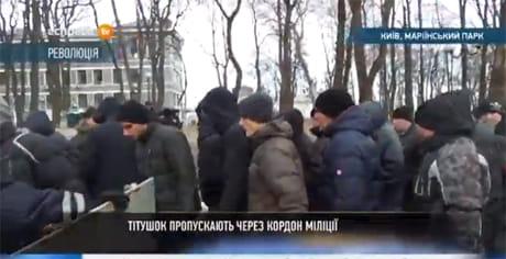 Жёсткое противостояние представителей народа и силовиков продолжается уже вторые сутки