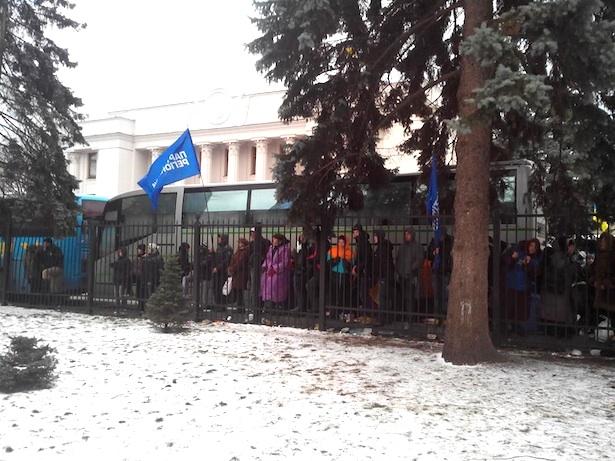 """Митингующие Евромайдана сошлись в словесной перепалке со сторонниками ПР под Радой: их разделил кордон """"Беркута"""" - Цензор.НЕТ 2128"""