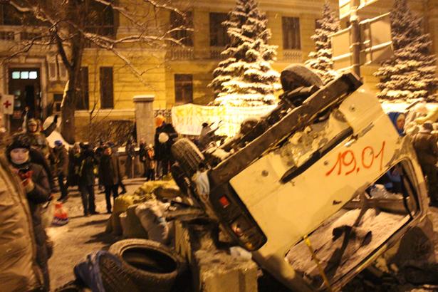 Нові Барикади на Грушевського, навпроти Парламентської бібліотеки