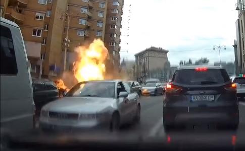 Правоохоронці вивчають відео підриву автомобіля вцентрі Києва