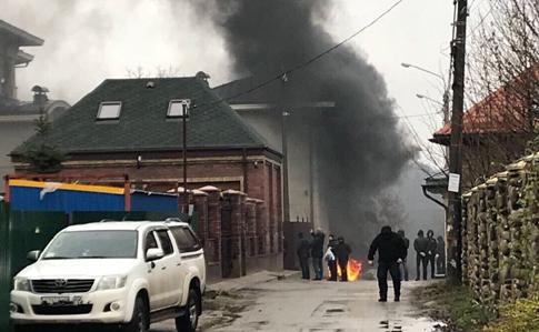ВКиеве под домом беглого министра Ставицкого подожгли шины