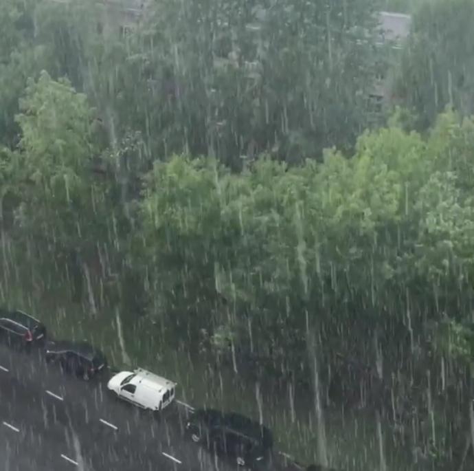 Удругий день літа Москву засипало снігом: показали фото й відео 6