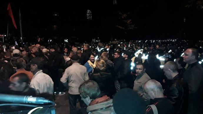 УКиєві активісти зкриками «Петро, виходь» пікетували Адміністрацію президента