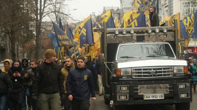 ВКиеве активисты «Азова» направились маршем кадминистрации президента