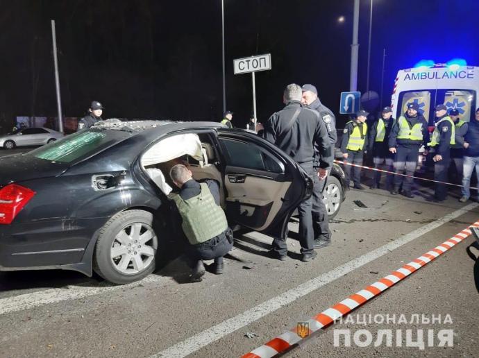 """Взрыв """"Мерседеса"""" в Киеве: погиб полицейский, еще двое – в больнице"""