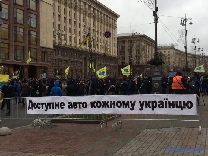 Протест вцентре столицы Украины. Крещатик заполонили авто наеврономерах