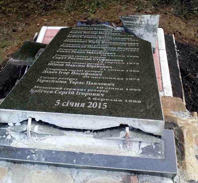 Натрассе около Бахмута разбили монумент погибшим солдатам АТО