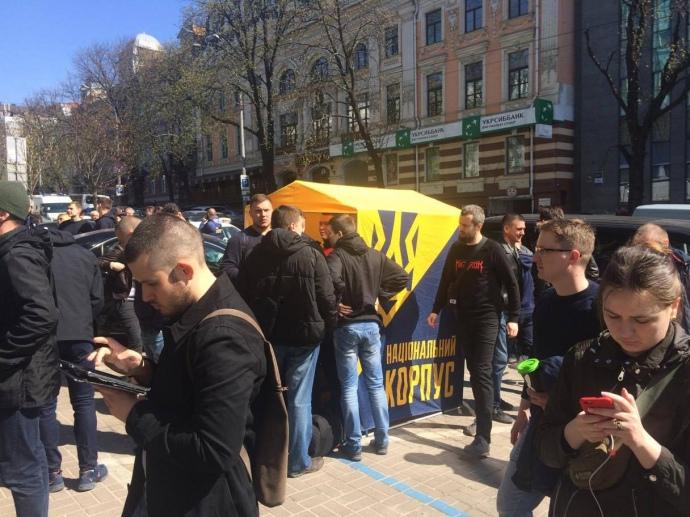 Около русского «Сбербанка» вКиеве появились палатки