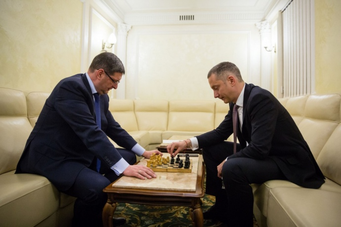 Виталий Ковальчук и Борис Ложкин играют в шахматы в Администрации президента