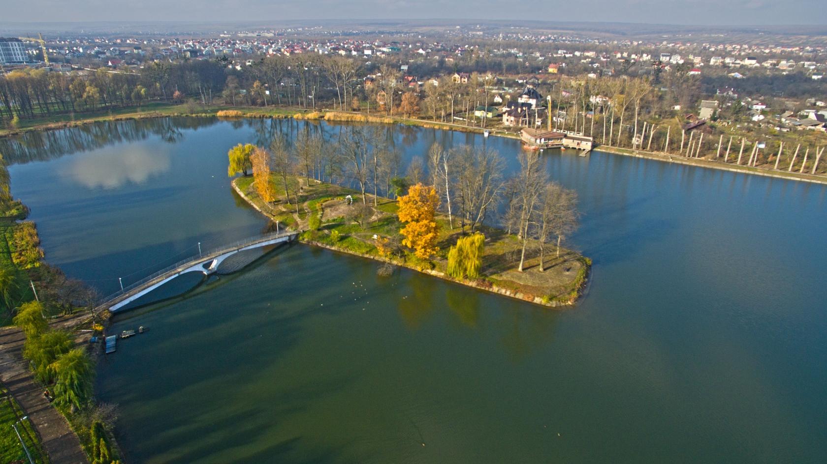 Міст закоханих на озері, де любив гуляти Роман Гурик