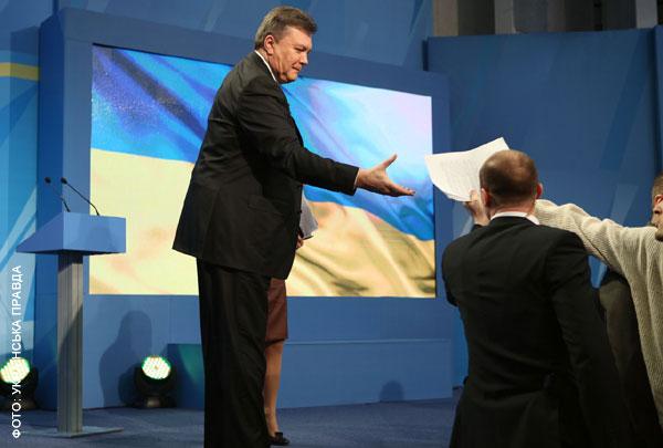 Янукович прийшов з підказкою і 30 хвилин розказував про покращення