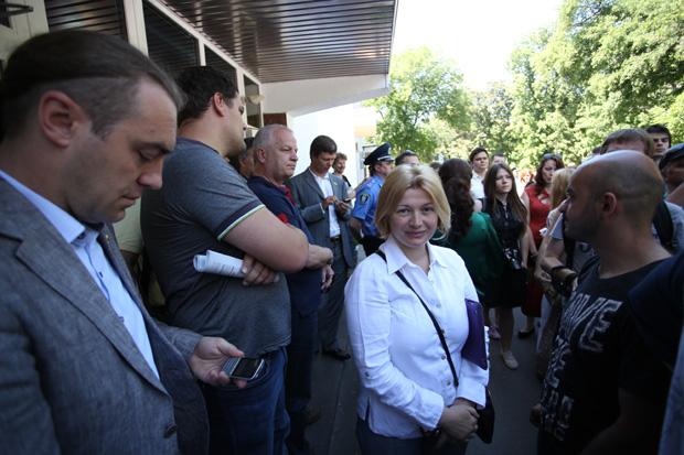 Также под МВД пришли народные депутаты. В частности, Ирина Геращенко из Удара