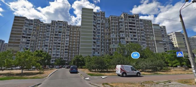 У цьому будинку на Вишняківській, 6а, кв. 70, офіційно знаходиться центральний офіс ВО