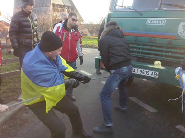 Активісти власноруч відкотили техніку. Фото з Facebook Марії Лебедєвої