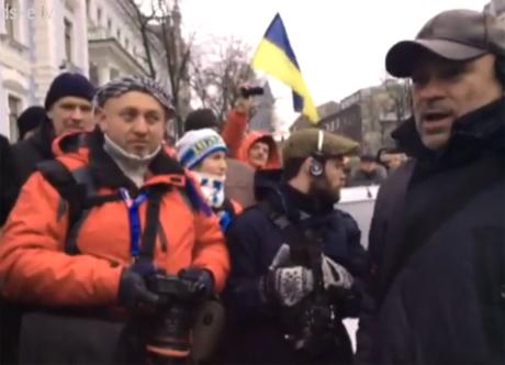 Навколо даішників та міліції скупчилися активісти, які вимагали від них звільнити територію та пропустити їх. Стоп-кадр з прямої трансляції