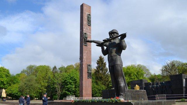 ВоЛьвове демонтитуют стелу советского Монумента Славы
