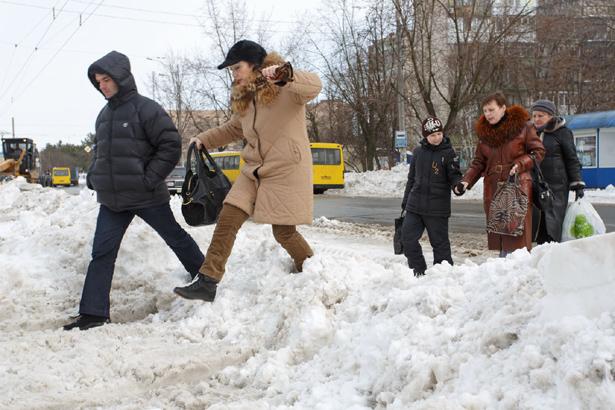 Киев, снегоуборочная техника загребает проходы