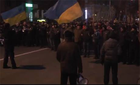 Колона у 5-6 тисяч прийшла до Азарова
