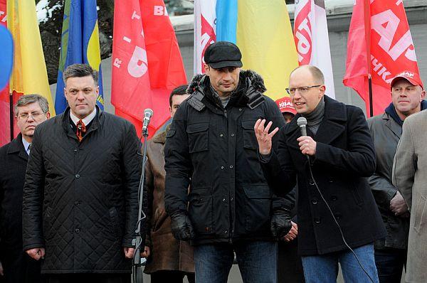 Яценюк продовжував підігрівати емоції мітингувальників