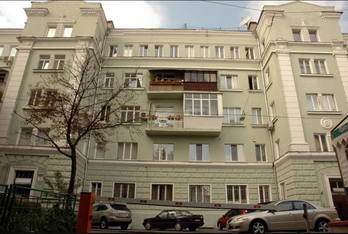 Многоэтажка с квартирой Кучера в Михайловском переулке