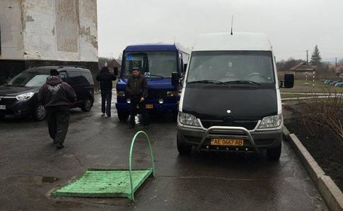 У Кривому Розі виборців на дільниці возять автобусами, у списках - померлі
