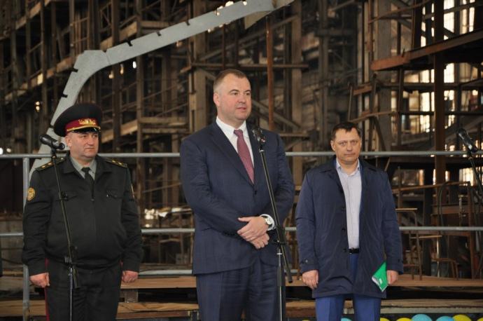 Бизнес-партнер президента Олег Гладковский (в центре) контролирует оборонно-промышленный сектор
