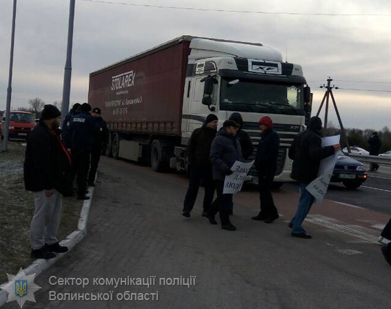 НаЛьвівщині мітингувальники перекрили дорогу допункту пропуску Шегині