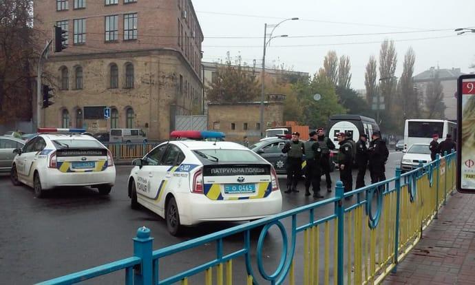 Боевики Саакашвили-Семенченко проводят досмотр жителей уздания Верховной рады