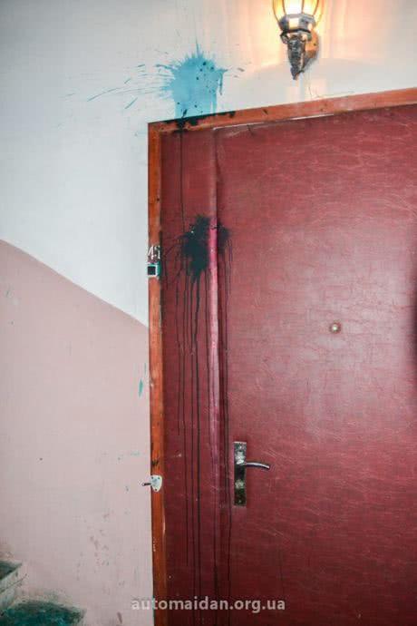 Зеленкой облили дверь квартиры матери Пояркова