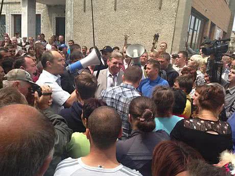 Глава Николаевской ОГА Круглов убегает из Врадиевки, люди выгнали его с митинга. Фото Парубия