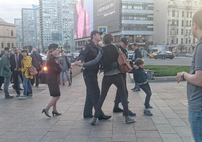 МВД проверяет задержание читавшего стихи вцентральной части Москвы ребенка