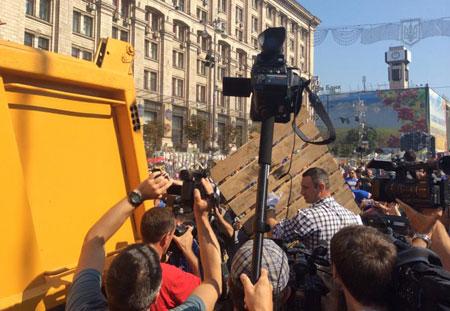 """На Майдані """"толока"""": прибирають барикади, сутичок із залишенцями немає 8"""