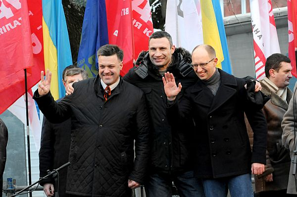Тягнибок, Кличко й Яценюк – як давні друзі, обіймаються перед франківцями