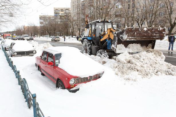 Киев, снегоуборочная техника загребает припаркованные машины