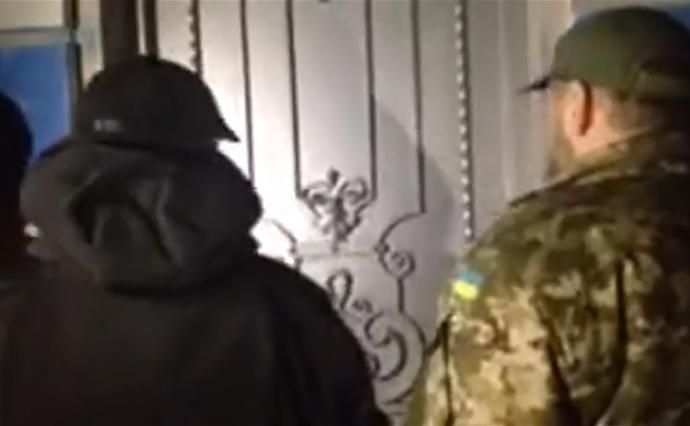 Учасники протестів під Радою приїхали домаєтку Порошенка