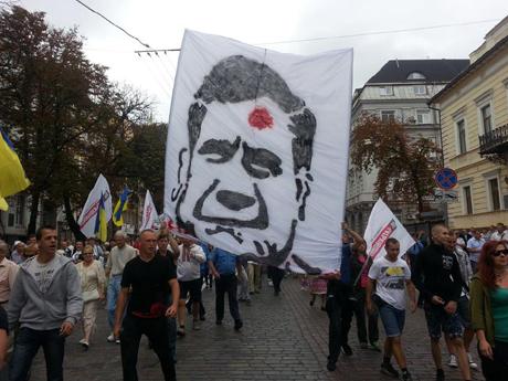 Активісти розгорнули банер під час ходи опозиції