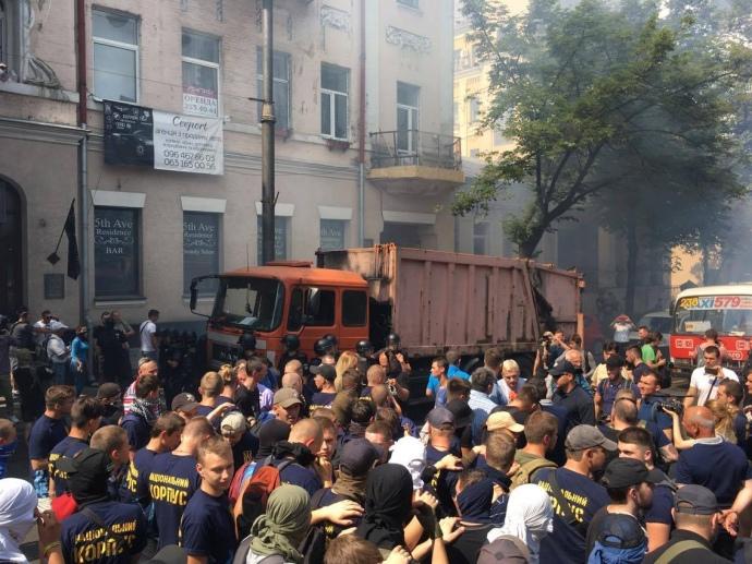 УКиєві активісти заблокували всі входи тавиходи Верховної Ради