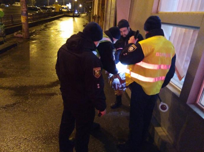 Полиция проверяет людей, собравшихся у почтового отделения в Харькове, захваченного неизвестным. Полиция подозревает, что у него могут быть сообщники.