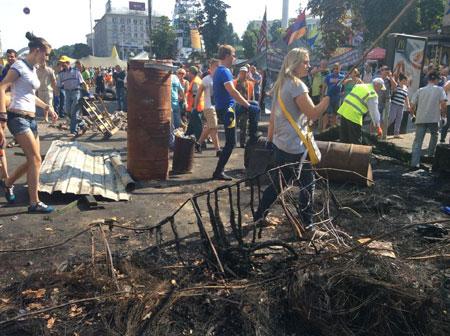 """На Майдані """"толока"""": прибирають барикади, сутичок із залишенцями немає 10"""