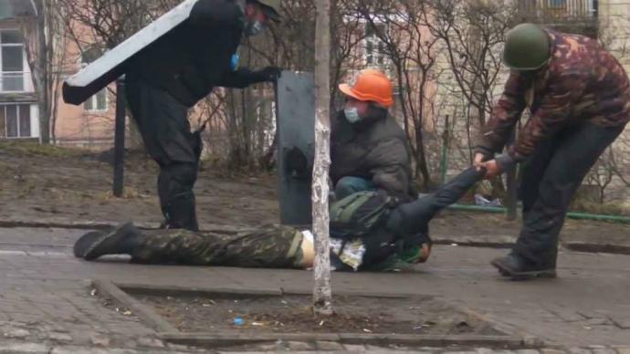 Убитого Романа Гурика витягують з Інститутської